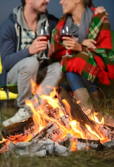 Man en een meisje gaven zichzelf een romantische avond in de natuur.