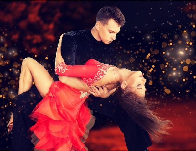 Man en een vrouw die salsa dansen op de achtergrond