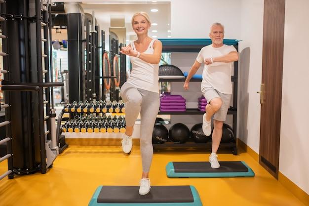 Man en een vrouw die samen trainen en er energiek uitzien