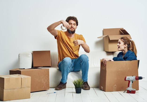 Man en een vrouw zittend op de bank in een nieuw appartement