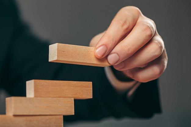 Man en houten kubussen op tafel. beheer concept