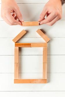 Man en houten kubussen op tafel. management concept