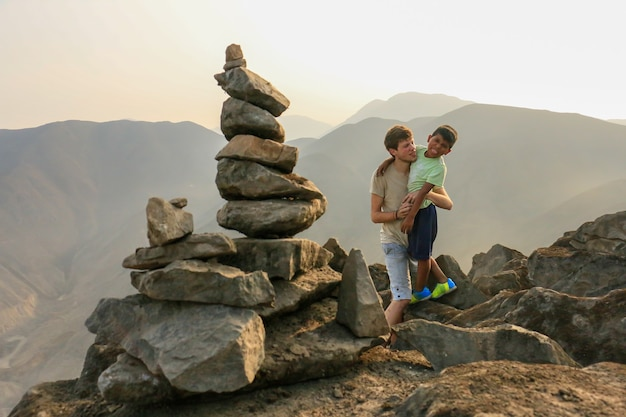 Man en jongen achter een apacheta een offer gebracht door de volkeren van de andes