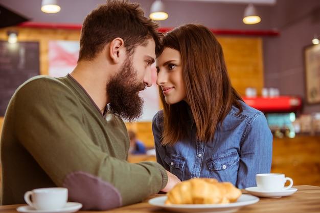 Man en meisje in een café romantische avond.