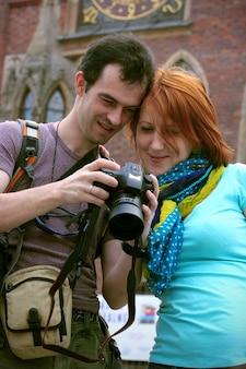 Man en meisje kijken naar fotovoorbeeld op een camera