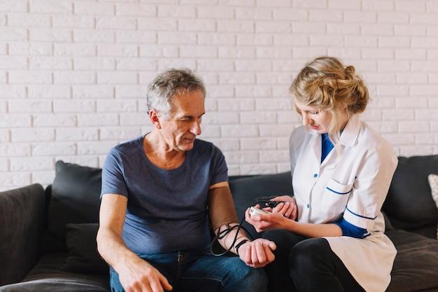 Man en verpleegster in bejaardentehuis
