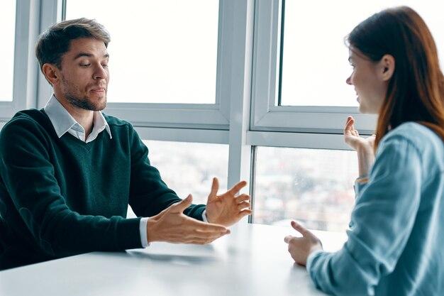 Man en vrouw aan de tafel dating communicatie vreugde vriendschap