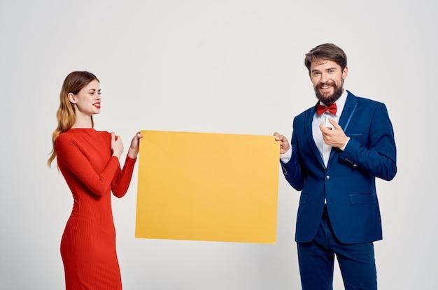 Man en vrouw achter gele mocap poster reclamepresentatie