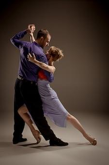 Man en vrouw argentijnse tango dansen
