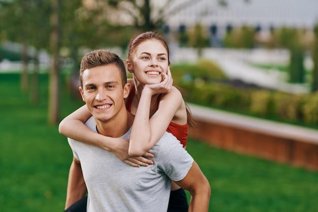 Man en vrouw atleten joggen in de natuur in het park.