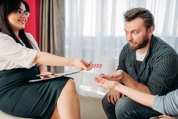 Man en vrouw bij de receptie van een psycholoog, stress