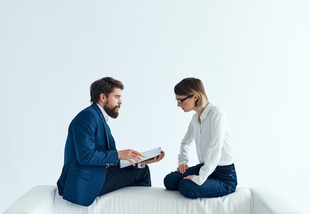 Man en vrouw communicatie witte bank emoties team documenten