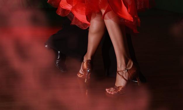 Man en vrouw dansen salsa op dark