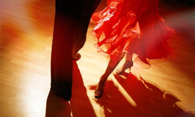 Man en vrouw dansen salsa op donkere achtergrond