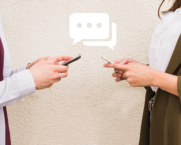 Man en vrouw die berichten op mobiele telefoon uitwisselen