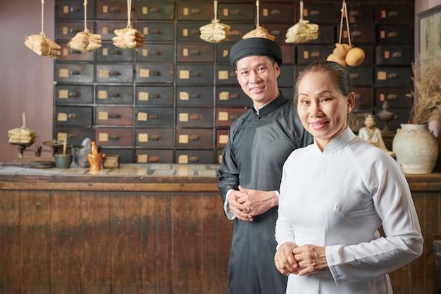 Man en vrouw die bij oude apotheek werken