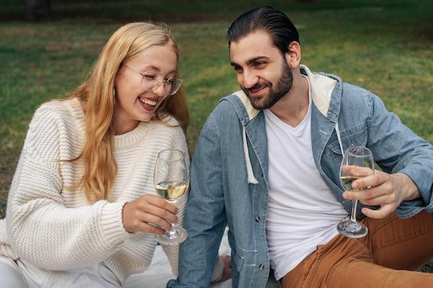 Man en vrouw die buiten wijn drinken