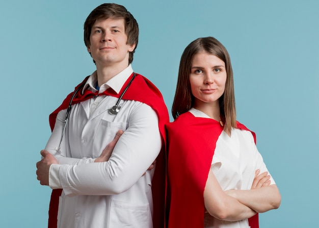 Man en vrouw die capes dragen