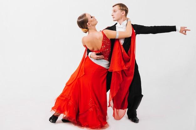 Man en vrouw die danshouding uitvoeren