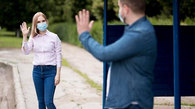 Man en vrouw die de sociale afstand bewaren