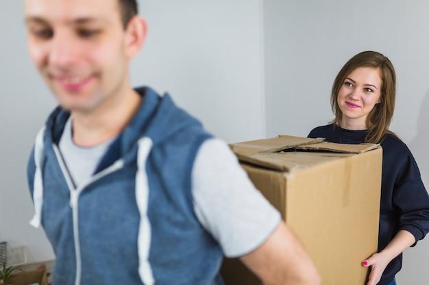 Man en vrouw die doos dragen