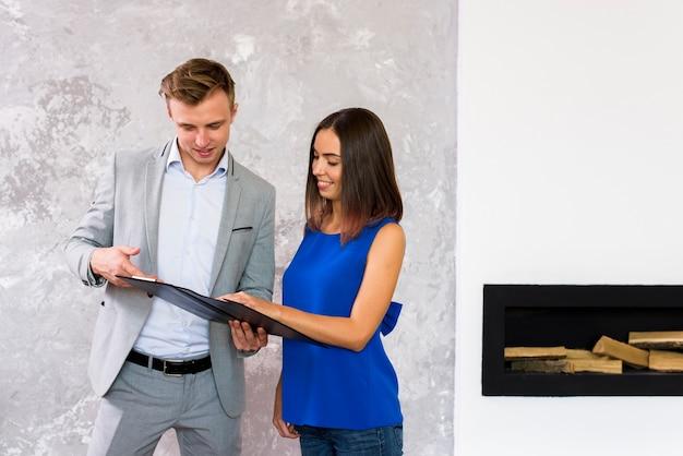 Man en vrouw die een klembord analyseren