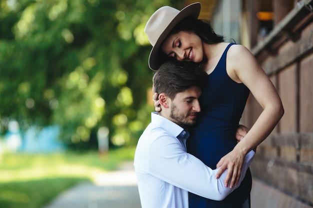 Man en vrouw die elkaar in het park omhelzen