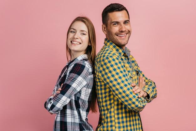 Man en vrouw die en de camera stellen bekijken