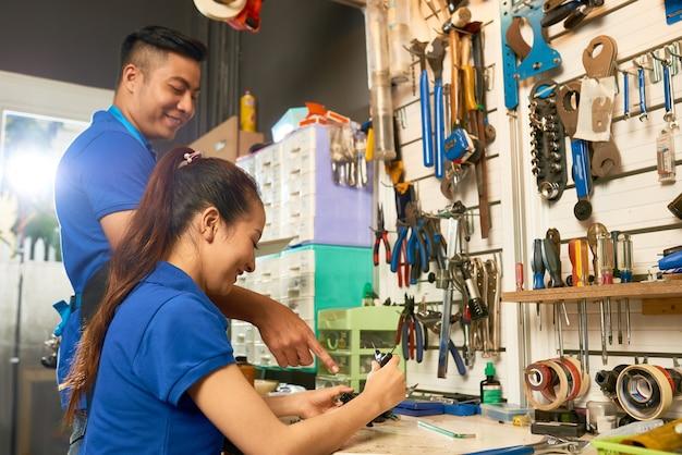 Man en vrouw die fiets repareren