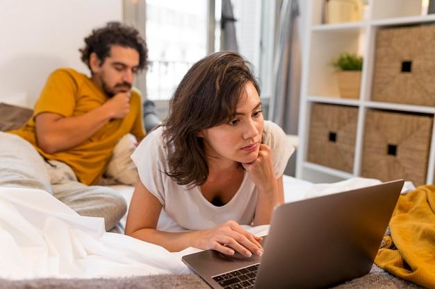 Man en vrouw die hun apparaten controleren