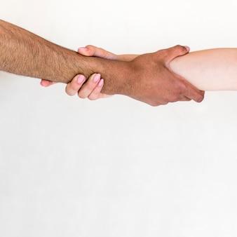 Man en vrouw die hun handen houden die over witte achtergrond worden geïsoleerd