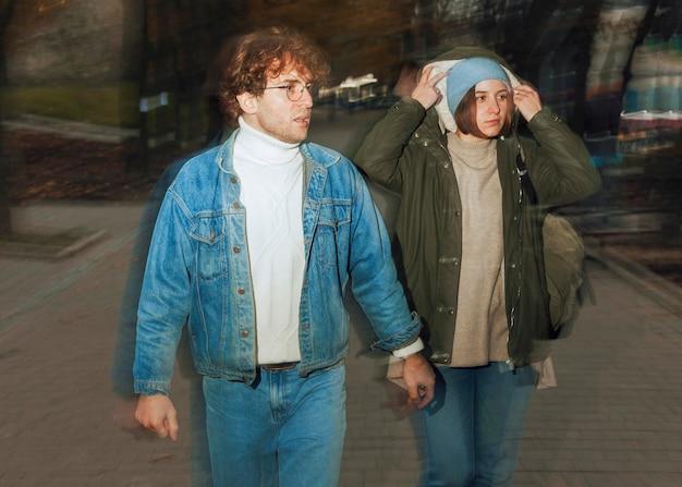 Man en vrouw die in de stad lopen