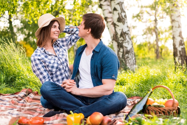 Man en vrouw die in park picnicking