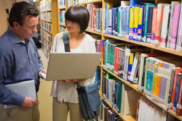 Man en vrouw die laptop bekijken