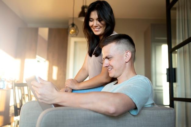 Man en vrouw die laptop gebruiken voor online winkelen