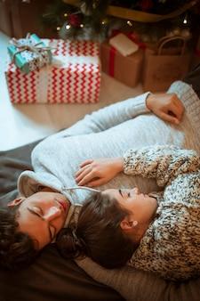 Man en vrouw die momenteel dozen slapen