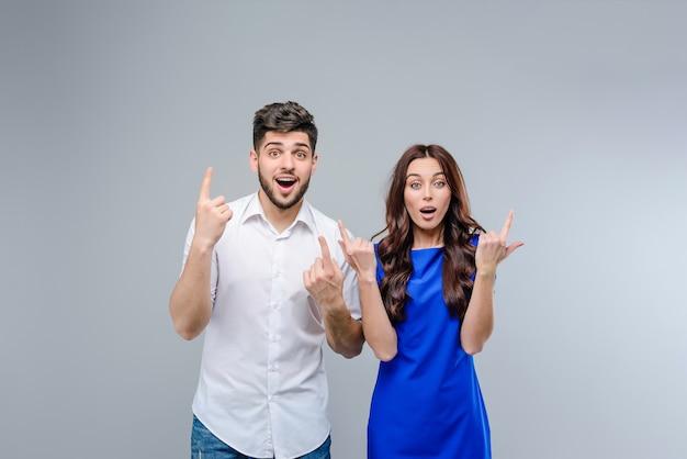 Man en vrouw die op copyspace benadrukken