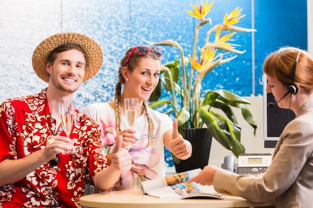 Man en vrouw die reisbureau aanbevelen