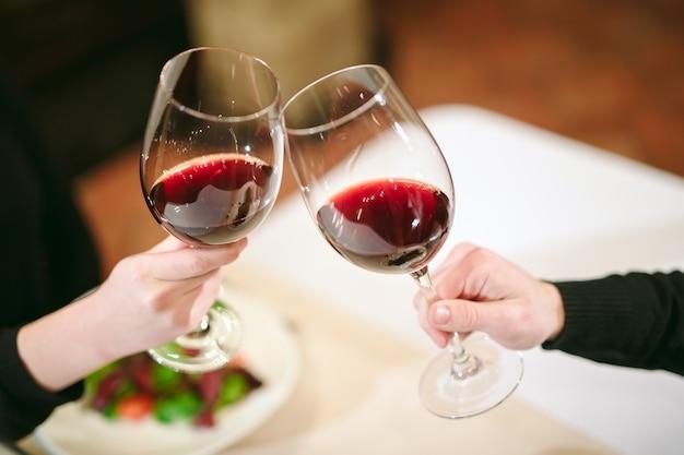 Man en vrouw die rode wijn drinken.
