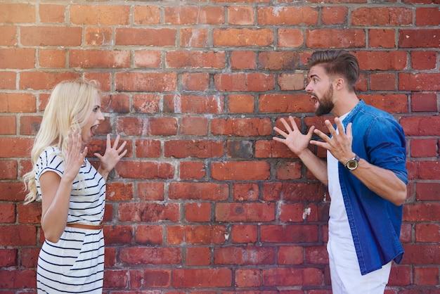 Man en vrouw die tegen elkaar schreeuwen