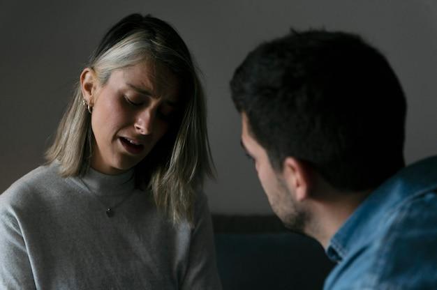 Man en vrouw die thuis ruzie hebben