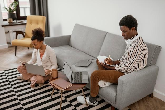 Man en vrouw die vanuit huis werken