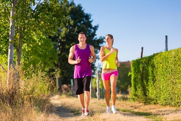 Man en vrouw die voor sport lopen