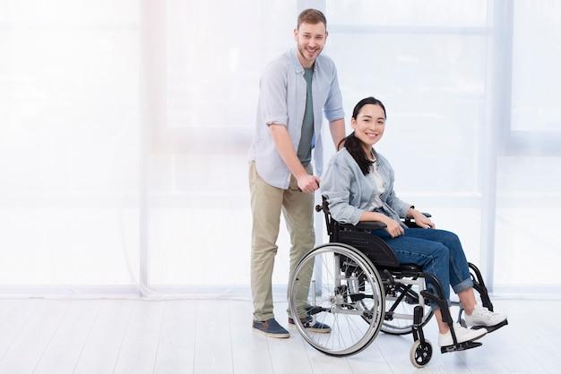 Man en vrouw die vriendschap uitdrukken