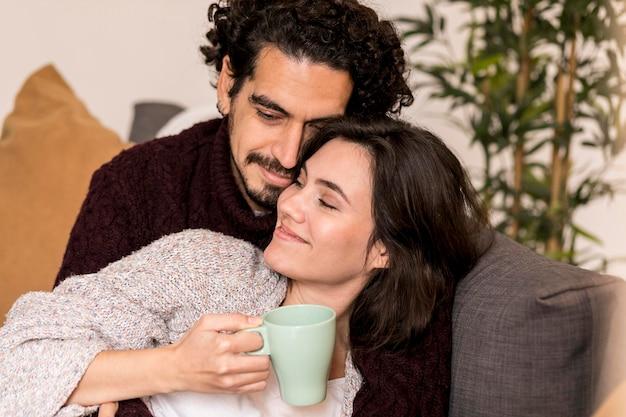 Man en vrouw die zich op hun gemak voelen bij elkaar