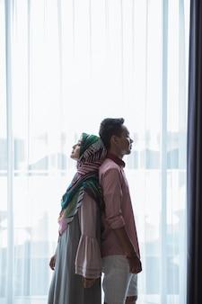 Man en vrouw die zich rijtjes bevinden