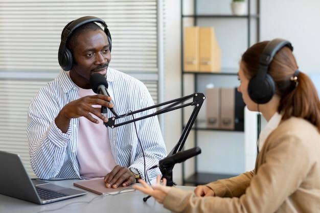 Man en vrouw doen een podcast