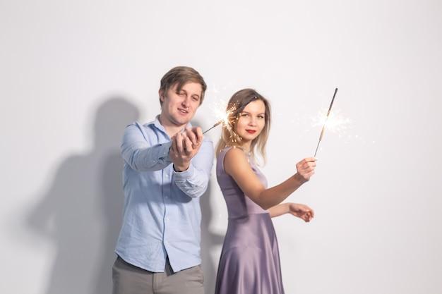 Man en vrouw dollen met wonderkaarsen