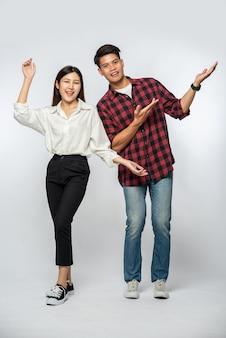 Man en vrouw droegen overhemden en strekten hun handen vrolijk opzij