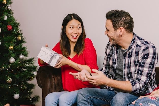 Man en vrouw elkaar schenken